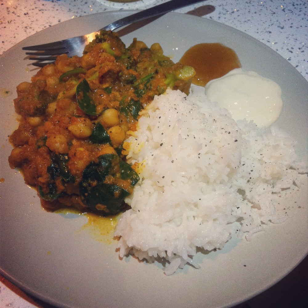 MOAR VEGAN NOMS. Chickpea, tomato and spinach curry.
